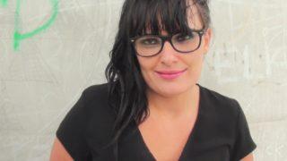 femme à lunettes super salope offre son gros cul