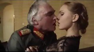 Vieux gradé baise la chatte d'une jeune officier