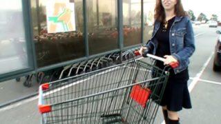 amatrice à baiser sur le parking du supermarché