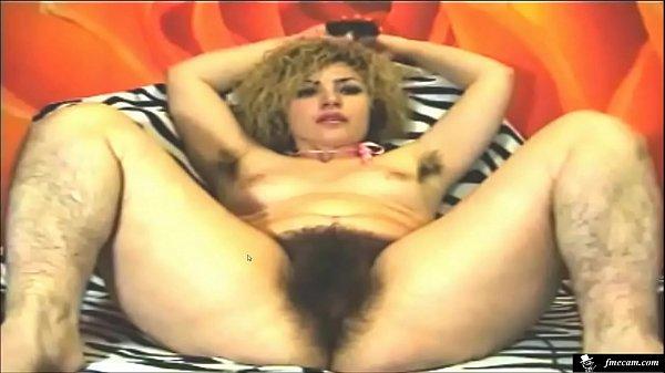 femme ultra poilue devant sa webcam