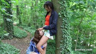 sexe entre lesbiennes dans les bois