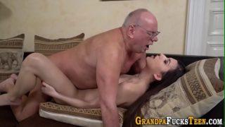 papy baise une jeune salope