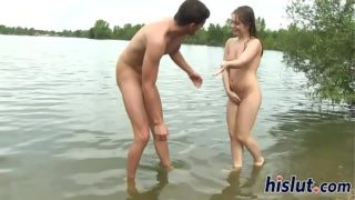 jeune coquine baisée au bord d'un lac