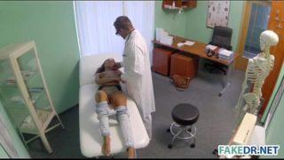 jeune cochonne baise avec son docteur