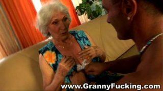 vieille mamie salope se tape un jeune gros sexe