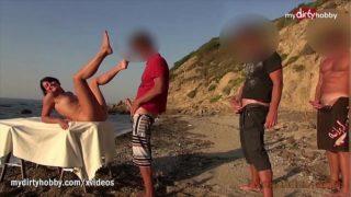 sexe à la chaine sur la plage d'une nymphomane