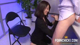 ma secrétaire asiatique me branle au travail