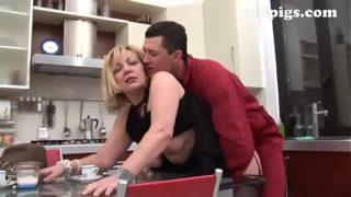 blonde baisée dans sa cuisine