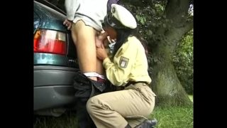 une flic me suce devant ma voiture