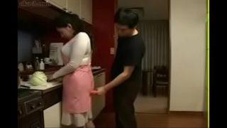 ce jeune japonaise baise sa mère dans la cuisine