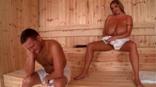 sexe dans un sauna avec une blonde à gros seins